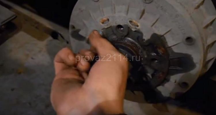 Как происходит замена задних колодок на ваз 2114 3