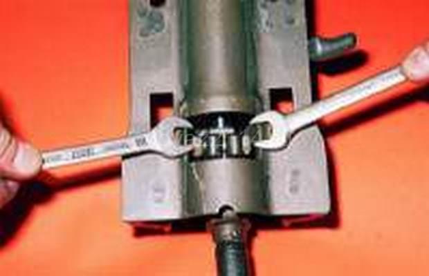 Демонтаж рулевой колонки с промежуточным валом 16
